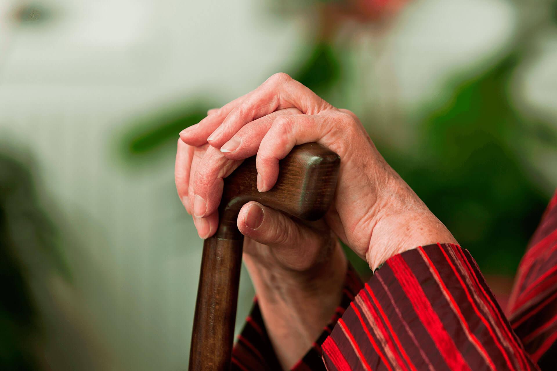 Tại sao người già dễ bị táo bón?
